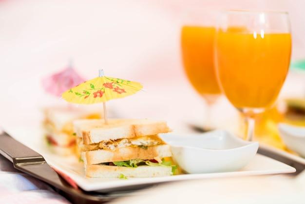 Мини-сэндвич с апельсиновым соком