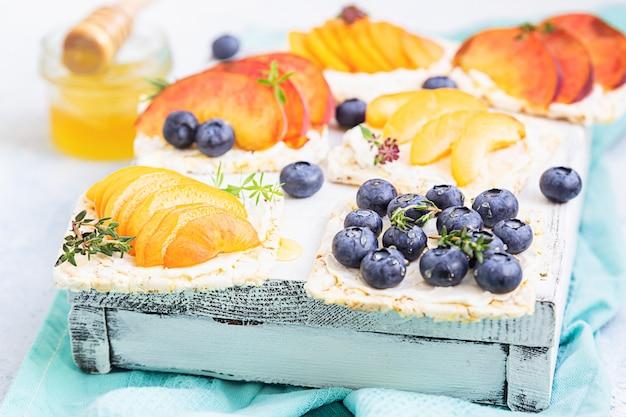 Мини-бутерброды со сливочным сыром и свежими фруктами