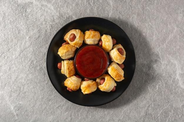 Мини-сосиски в слоеном тесте с соусом из кетчупа