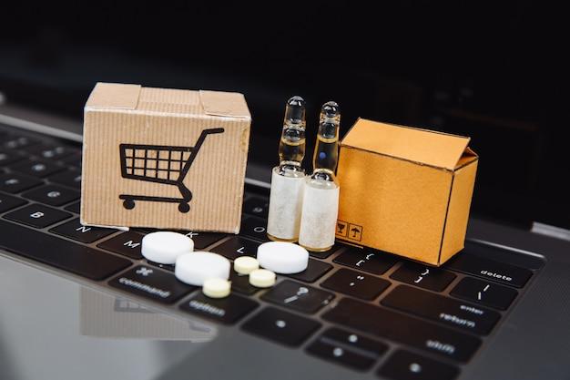 ノートパソコンの背景にホメオパシー療法が満載のミニショッピングカート。ホメオパシーとインターネットオンラインショッピングのコンセプト。