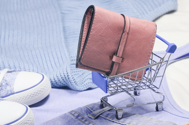 Мини-тележка для покупок с вещами и аксессуарами