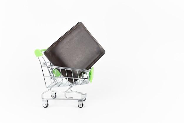Мини-серебряная корзина с бумажником на белом.