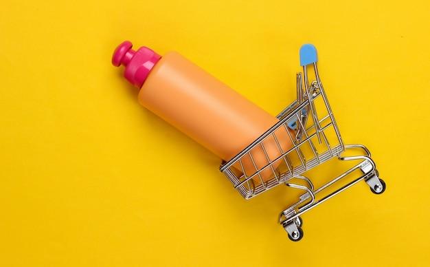 黄色のシャンプーボトルとミニスーパートロリー