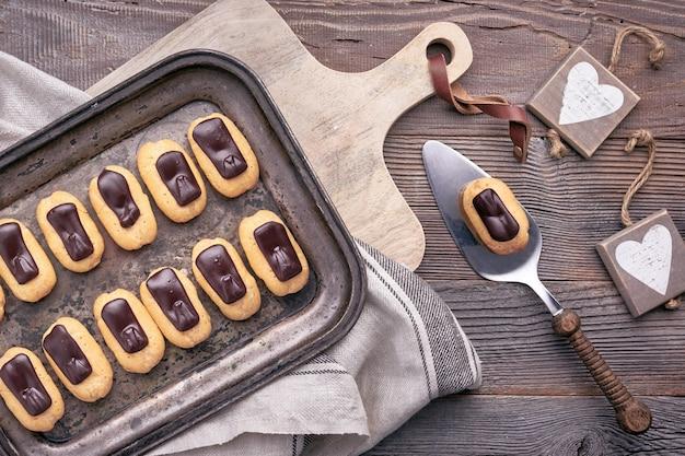 チョコレートフロスティング、トップビューのミニバニラエクレア
