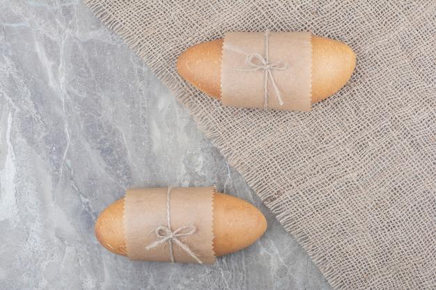 Mini pane bianco su superficie in marmo