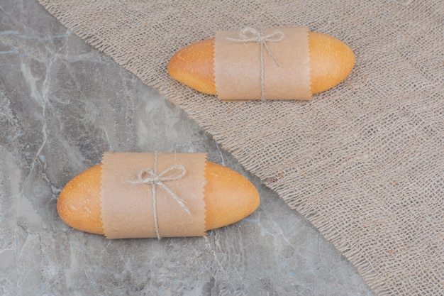 大理石の表面にミニ白パン