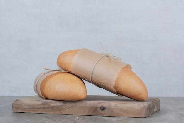 Mini pane bianco su tavola di legno