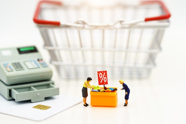 Miniatrueの人々、買い物客は割引トレイとショッピングカートでセール中の商品を買う