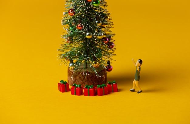 노란색 배경에 y 빨간 크리스마스 싸구려 근처 미니어처 소년 그림 스탠드