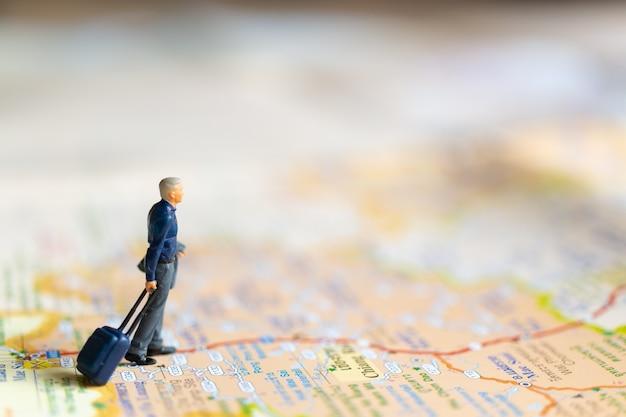 지도, 여행 컨셉에 서있는 미니어처 사업 사람들