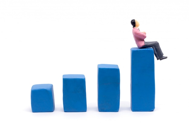 미니어처 사업가 및 흰색 배경, 비즈니스 성장 개념에 그래프