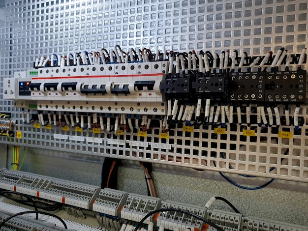 中電圧開閉装置の制御コンパートメント内のミニチュアサーキットブレーカと補助リレー