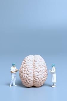 미니어처 의사 검사 및 분석 알츠하이머 병 및 뇌, 과학 및 의학 개념의 치매