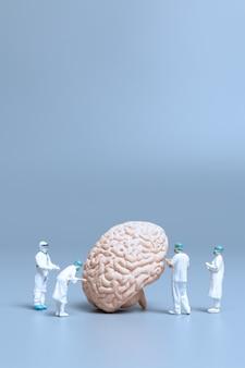 Миниатюрный доктор проверки и анализа болезни альцгеймера и деменции мозга, концепции науки и медицины