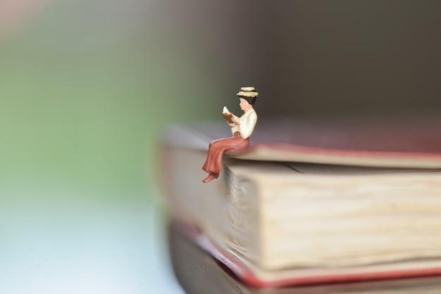 Читатель книги миниатюрный рисунок