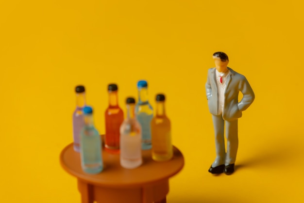 그의 앞에 알코올 병을 가진 남자의 미니어처 그림