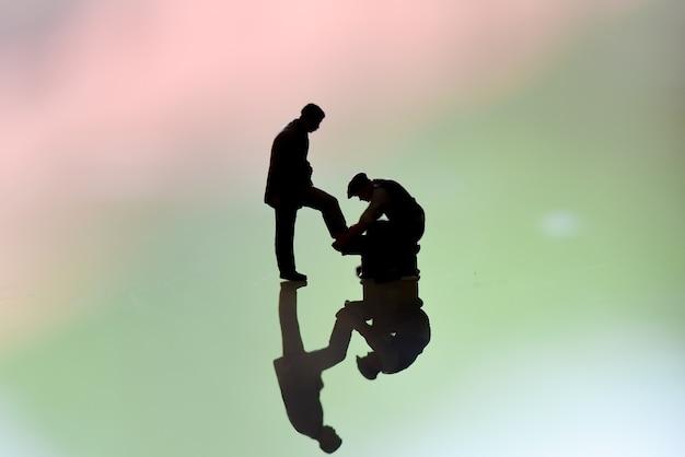 Полировщик миниатюрных фигурок