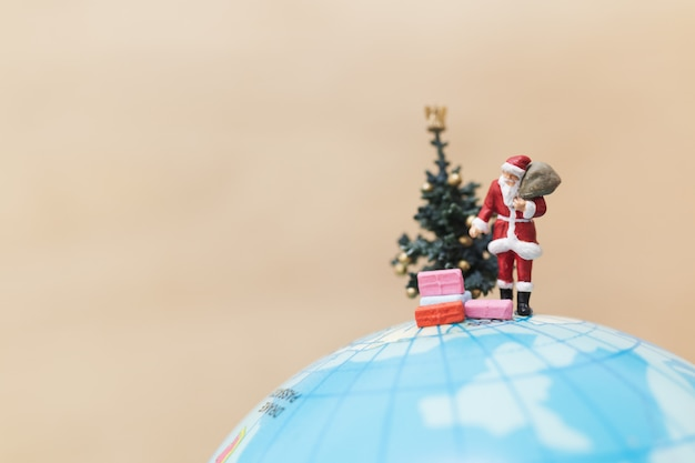 선물 가방을 들고 산타 클로스의 미니어처 인물