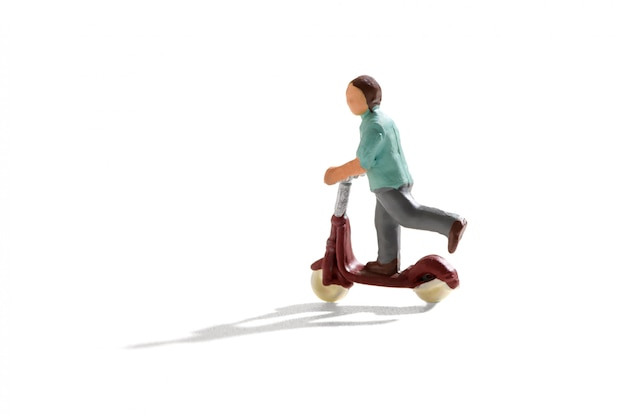 Миниатюрная фигурка ребенка на скутере