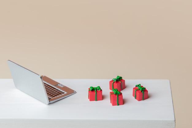 테이블에 미니어처 노트북과 선물 상자