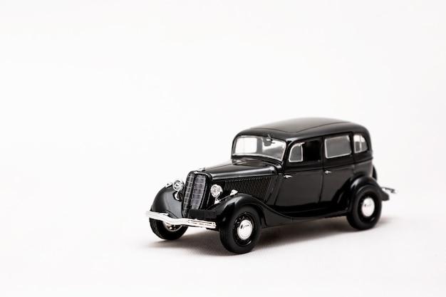 흰색 표면에 레트로 자동차의 미니어처 모델