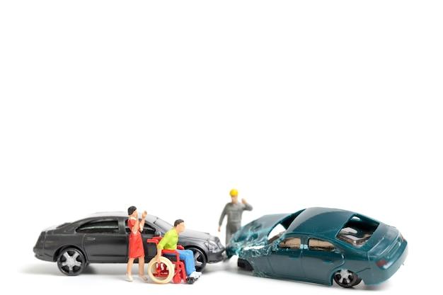 미니어처 사람들 : 사고 현장, 흰색 배경에 자동차 사고