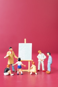 ミニチュアピープルアートペインティングクラス、学童、教育コンセプト