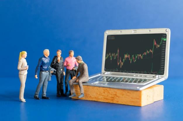 Миниатюрные люди, деловые люди, консультирующиеся с профессиональными финансовыми консультантами, и планшеты с биржевыми тикерами, график торговли на фондовом рынке или форекс в графической концепции