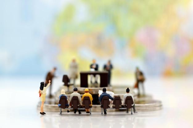 Миниатюрные люди: деловой человек, сидящий и ожидающий интервью. выбор работодателя, отбор кандидатов и концепция подбора бизнеса.