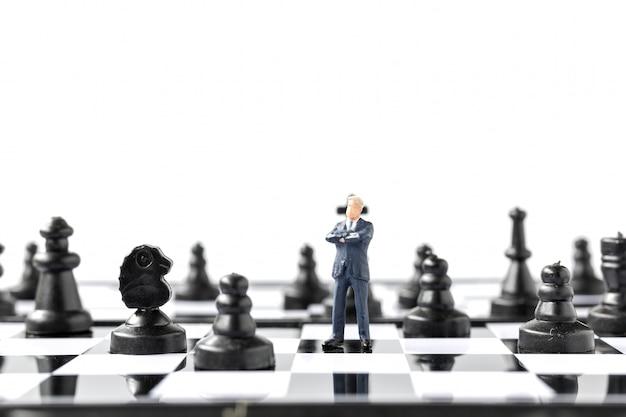 미니어처 사람들 사업가 체스 판에 서