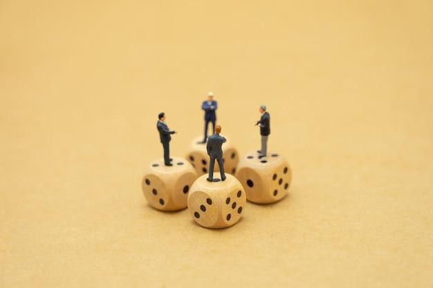 パニックに見えるミニチュアの人々のビジネスマンは株式市場を見て