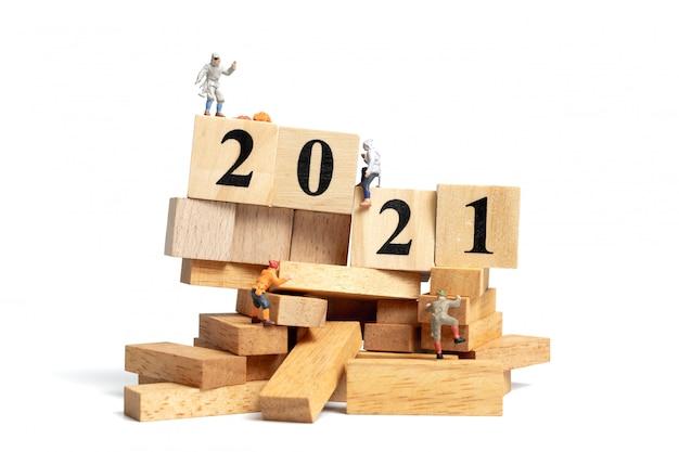 미니어처 사람들 : 번호 2021 나무 큐브에 올라