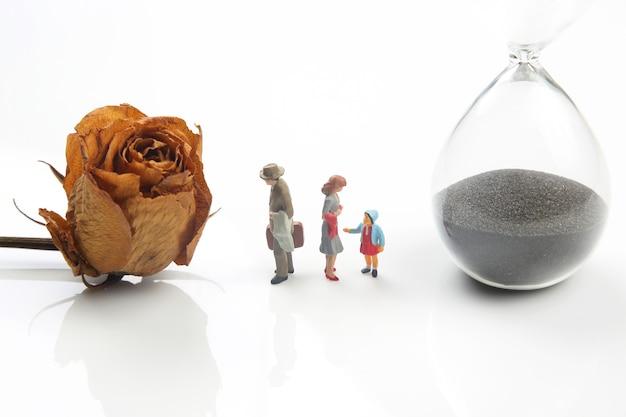 Миниатюрные люди. концепция семейных людей в отношениях на белом фоне. проблема супружеской верности. воспитание детей в проблемных отношениях в семье