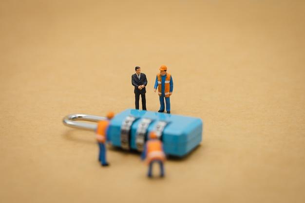 ミニチュアの人々建設労働者のセキュリティキーの修理と治療