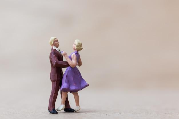 미니어처 사람들, 커플 나무 배경에 춤