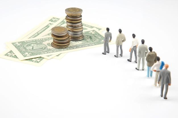 미니어처 사람들. 다른 사업가 달러 돈 근처 의미합니다. 일에 대한 투자와 수입