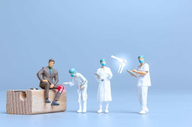 미니어처 사람들 의사는 류머티즘, 골관절염, 세계 관절염의 날 개념을 치료합니다