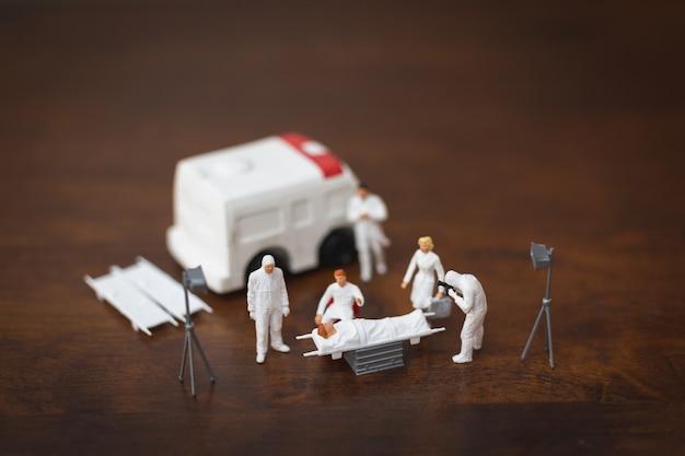 ミニチュアの人々:防護服検査、拡散またはコロナウイルス、cov、covid-19インフルエンザの発生概念を持つ医師