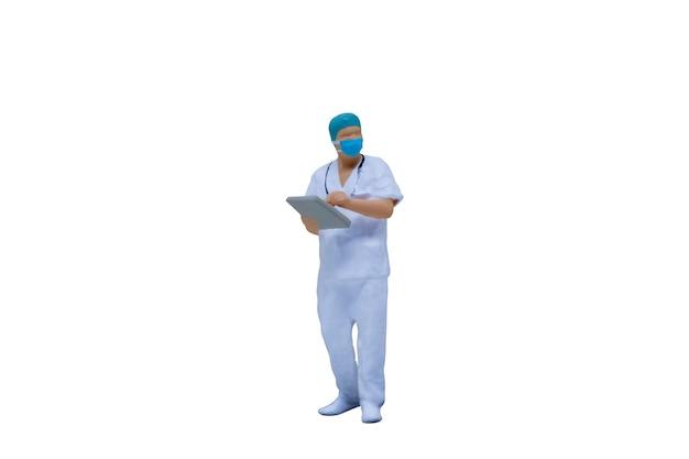 클리핑 패스와 함께 흰색 배경에 보호 복과 마스크와 미니어처 사람들이 의사