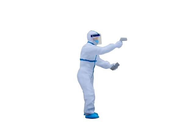 클리핑 패스와 함께 흰색 배경에 고립 보호 복과 미니어처 사람들이 의사