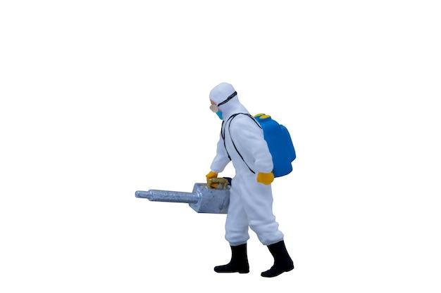 Миниатюрные люди-врачи в защитных костюмах, изолированные на белом фоне с обтравочным контуром