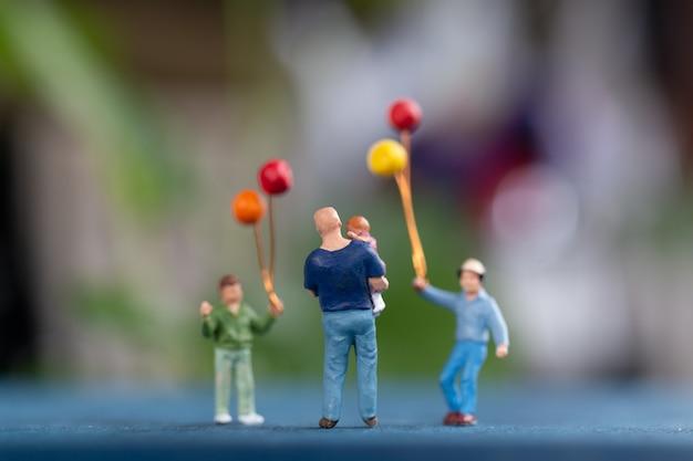미니어처 사람들 : 공원에서 풍선을 들고 행복한 가족