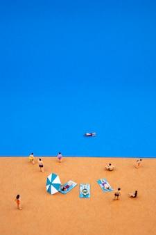 여름 해변에서 미니어처 사람들