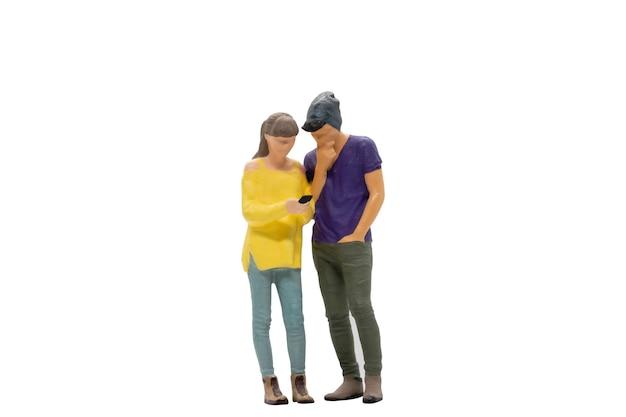 Миниатюрные люди мужчина и женщина в повседневной ткани, стоящие вместе на белом фоне с обтравочным контуром