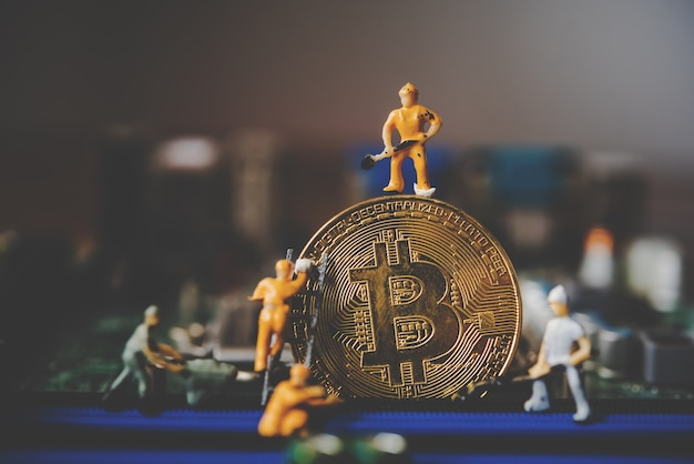 금 비트 코인에 미니어처 사람 또는 작은 인물 작업자. 비트 코인 cryptocurrency 은행 돈 디지털 비트 코인 btc 통화 기술 비즈니스 인터넷 개념.
