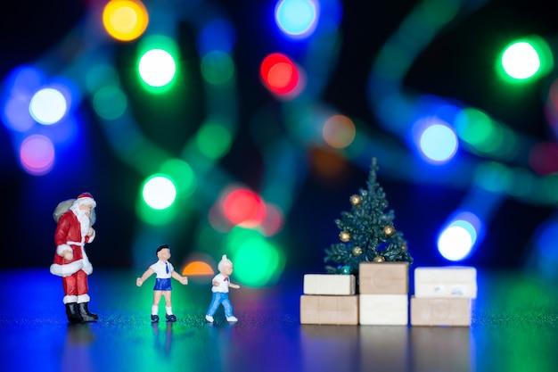 미니어처 사람들, 아이들에게 산타클로스 배달 선물 상자, 크리스마스, 새해 복 많이 받으세요.