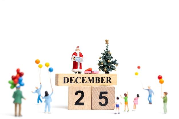 미니어처 사람들 : 행복한 가족을위한 선물을 들고 산타 클로스