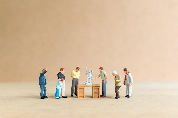 Миниатюрные люди, школа скульптуры ведет курсы скульптуры и уроки скульптуры.