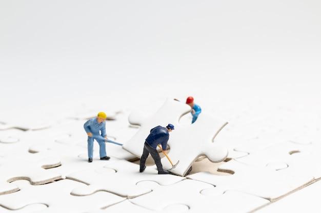 팀이 직소 퍼즐, 팀 작업 개념에서 작업하는 미니어처 사람들