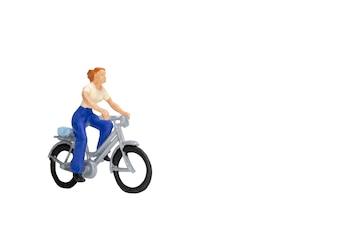 Миниатюрные люди путешественники с велосипедом изолировать на белом фоне с отсечения путь